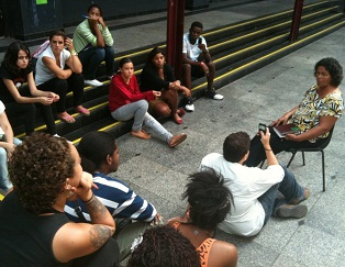 Journalism students interview community leader Jane Nascimento from Vila Autódromo